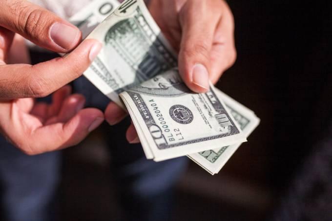 Dólar ronda estabilidade de olho no exterior e Previdência