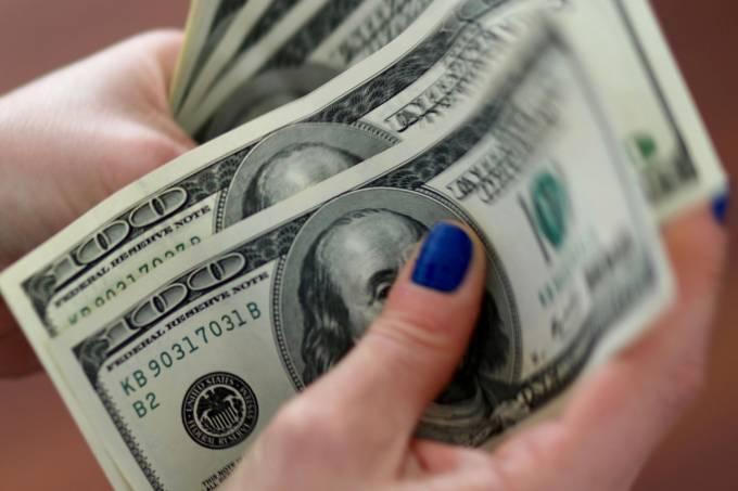 Dólar tem leve subida acompanhando cautela no exterior