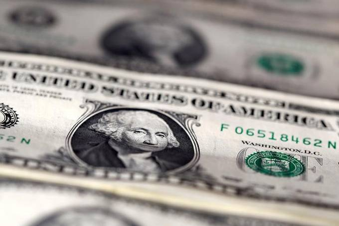 Dólar cai após avançar nas duas últimas sessões