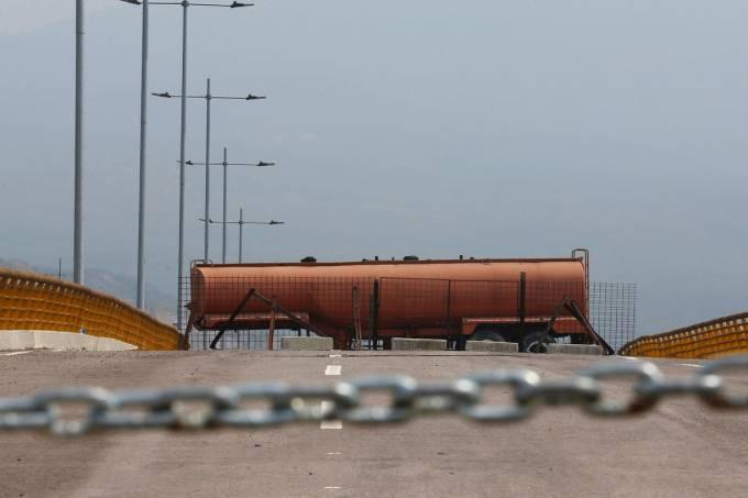 Na fronteira venezuelana, Maduro se segura por uma ponte
