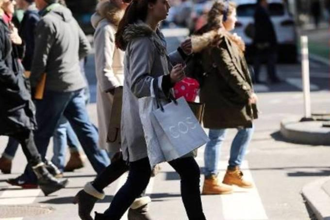 Gastos do consumidor dos EUA registram em março maior ganho desde 2009