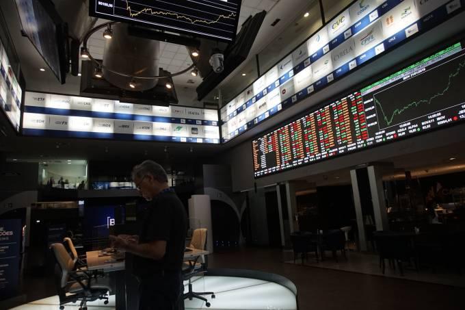 Noticiário corporativo e cenário externo pressionam queda do Ibovespa