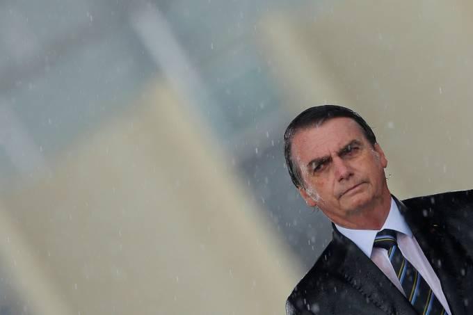 Bolsonaro enaltece Olavo de Carvalho no Twitter após ataques a militares