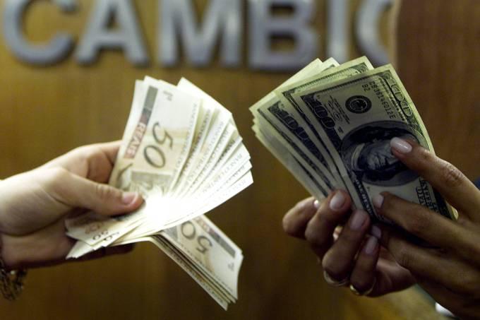 Dólar abre acima dos R$4 e bolsa recua em cautela com cena política
