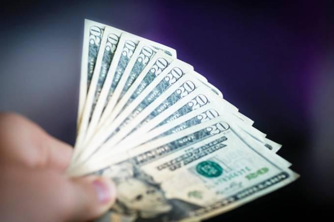 Dólar tem leves variações acompanhando negociações entre China e EUA