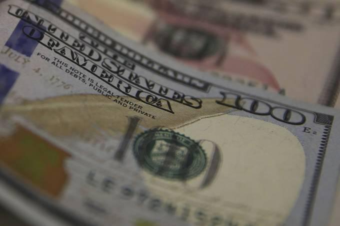 Dólar avança antes de Guedes na comissão especial e decisão do Copom