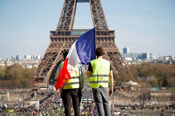 Enfraquecidos, coletes amarelos voltam às ruas na França