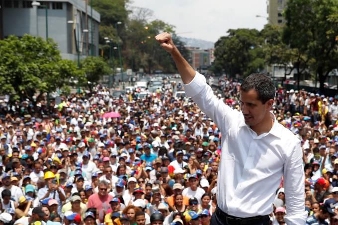 Protesto convocado por Guaidó tem baixa adesão; Maduro elogia tropas