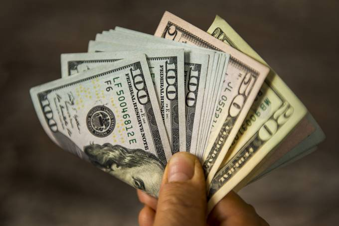 Dólar avança de olho em reunião de governo e aguardando dados dos EUA
