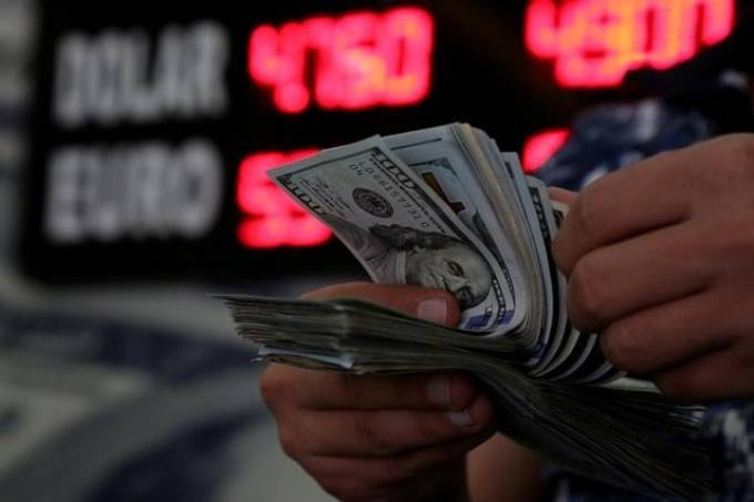 Dólar cai aguardando Previdência e com expectativa sobre juros dos EUA