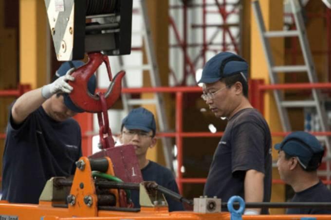 Atividade industrial da China encolhe sob peso da guerra comercial