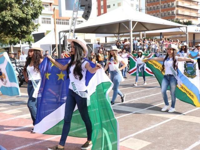 Desfile começa com 17 mil pessoas no Centro de Campo Grande