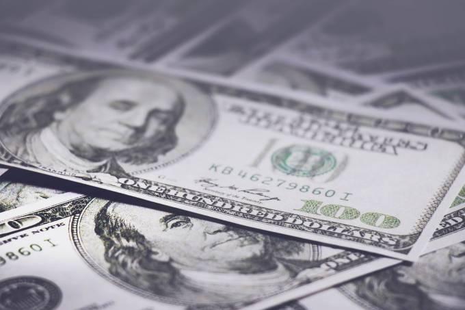 Dólar cai com melhora no exterior após China atuar no câmbio