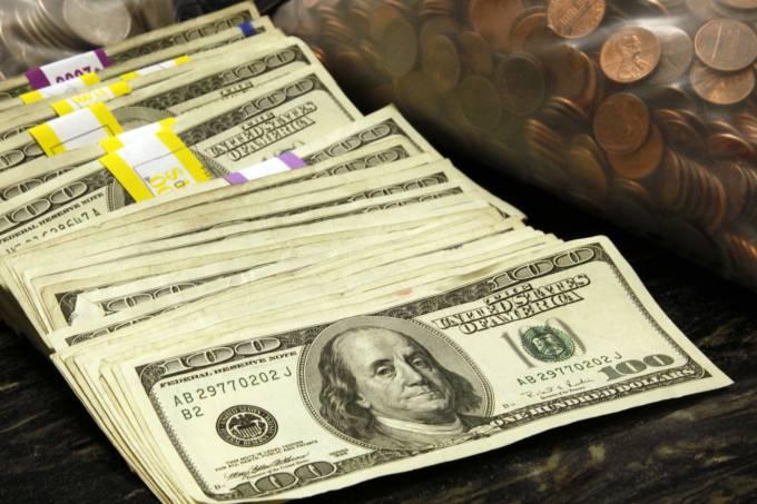 Dólar abre em leve alta com atenção voltada a Fed e Copom