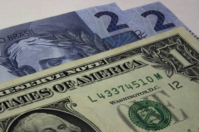 Dólar tem leve alta com atenções ao exterior