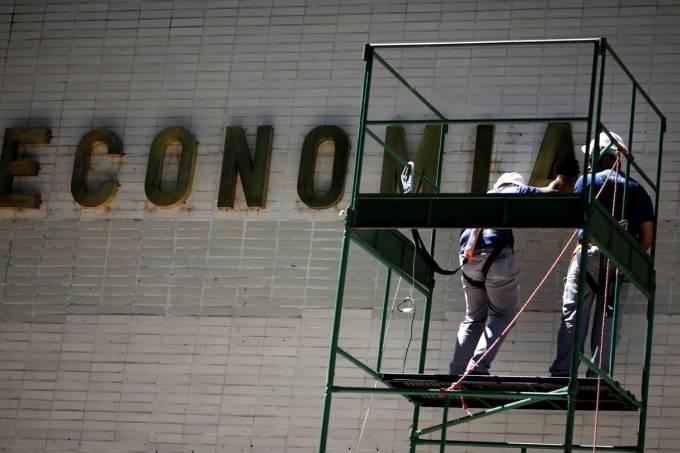 Após Bolsonaro defender teto, Ministério da Economia tenta ajustar gastos