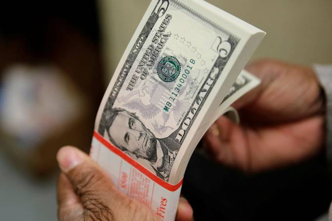 Dólar passa a subir com novas saídas de fundos e queda da libra