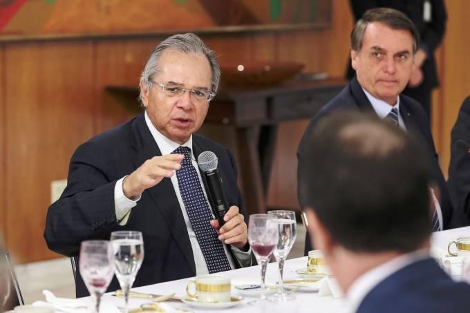 Governo adia reforma tributária e prioriza redução de R$ 30 bi em gastos