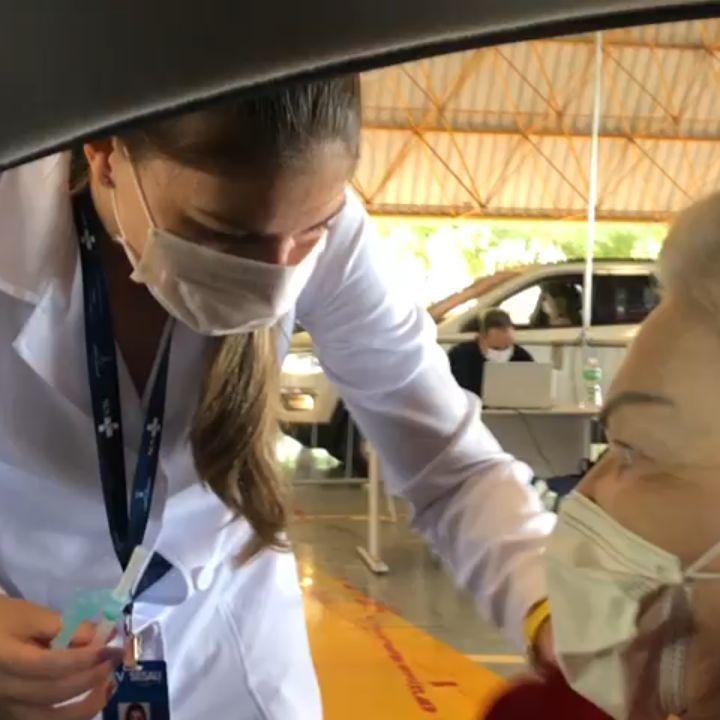 Mãe de apresentador do SBT recebe a primeira dose da vacina contra Covid-19 na capital